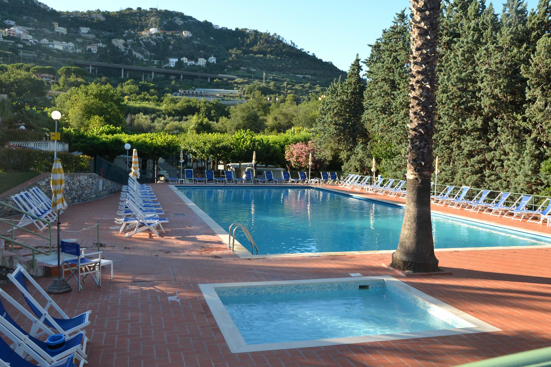 Camping villaggio vacanza piscina pietra ligure liguria for Piscine 02 peronne